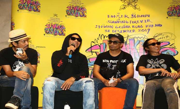 "Personel Grup Musik Slank Kaka (kedua kiri), Ridho (kiri), Ivanka (kedua kanan), dan Bimbim, memberikan keterangan pers tentang Konser 36 Tahun Slank di Jakarta, Kamis (28/11/2019). Slank akan merayakan hari jadinya ke-36 tahun dengan menggelar konser bertajuk ""Slanking Forever 36"" di Stadion Utama Gelora Bung Karno pada 31 Desember 2019. - Antara"