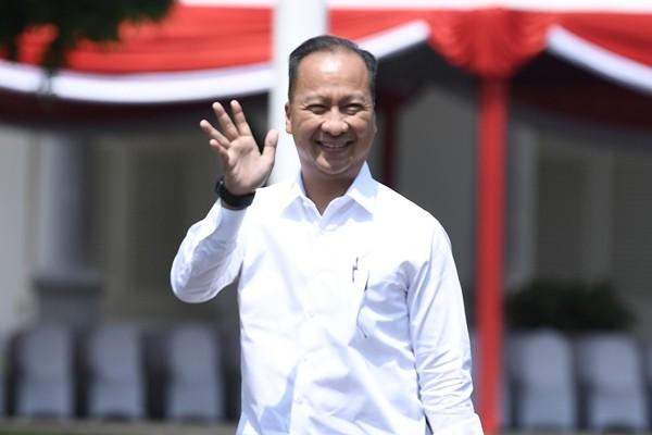 Politisi partai Golkar yang juga mantan Menteri Sosial Agus Gumiwang melambaikan tangan saat tiba di Kompleks Istana Kepresidenan di Jakarta, Selasa (22/10/2019) - ANTARA FOTO/Puspa Perwitasari