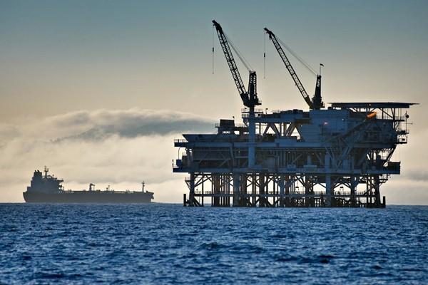Ilustrasi kilang minyak lepas pantai. - Bloomberg/Tim Rue