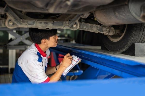 Seorang mekanik memeriksa komponen kendaraan. - ANTARA