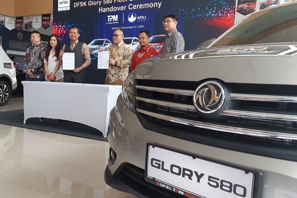 MoU pembelian 100 unit DFSK Glory 580 oleh AP2LI dan perwakilan DFSK, Senin (2/12/2019) - Bisnis/Thomas Mola