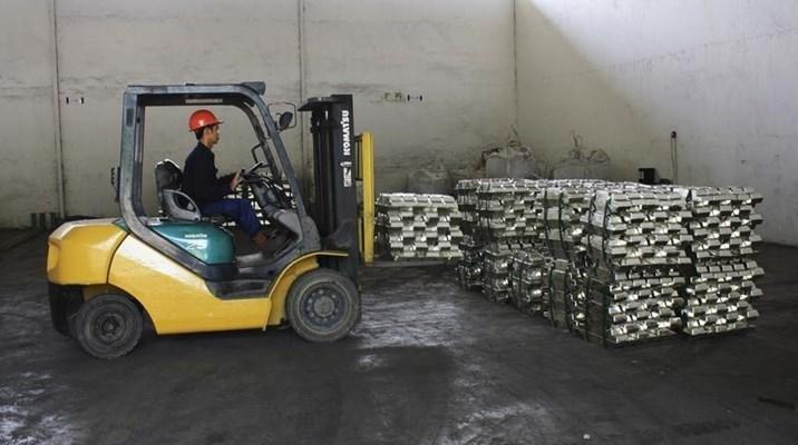 Seorang pekerja memindahkan timah olahan sebelum pengiriman, di gudang milik perusahaan swasta di Pangkalpinang, provinsi Bangka Belitung, 16 Januari 2012. - REUTERS/Dwi Sadmoko