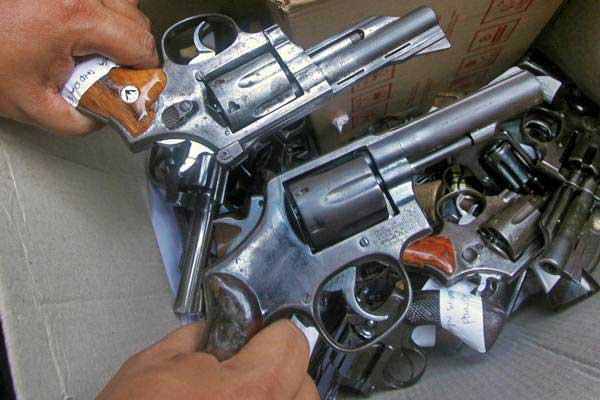 Propam memeriksa senjata api milik jajaran polisi Polres Bogor di Mapolres Bogor, Cibinong, Kabupaten Bogor, Jawa Barat, Jumat (6/10). - ANTARA/Yulius Satria Wijaya