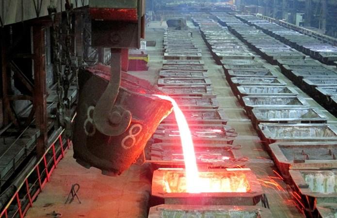 Nikel cair dituangkan di Pabrik Metalurgi Nadezhda di perusahaan Norilsk Nickel di kota Arktik, Norilsk. - REUTERS/Polina Devitt