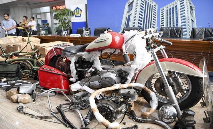 Barang bukti diperlihatkan pada konferensi pers terkait penyelundupan motor Harlery Davidson dan sepeda Brompton menggunakan pesawat baru milik Garuda Indonesia di Kementerian Keuangan, Jakarta, Kamis (5/12/2019).  - Antara