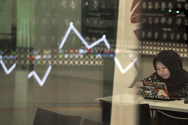 Karyawan beraktifitas di dekat papan penunjuk Indeks Harga Saham Gabungan (IHSG) di gedung Bursa Efek Indonesia, Jakarta, Senin (7/1/2019). - Bisnis/Felix Jody Kinarwan