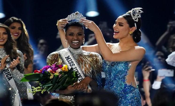 Zozibini Tunzi, dari Afrika Selatan, dinobatkan sebagai Miss Universe oleh pendahulunya, Catriona Gray dari Filipina, pada kontes Miss Universe 2019 di Tyler Perry Studios di Atlanta, Amerika Serikat. - Reuters