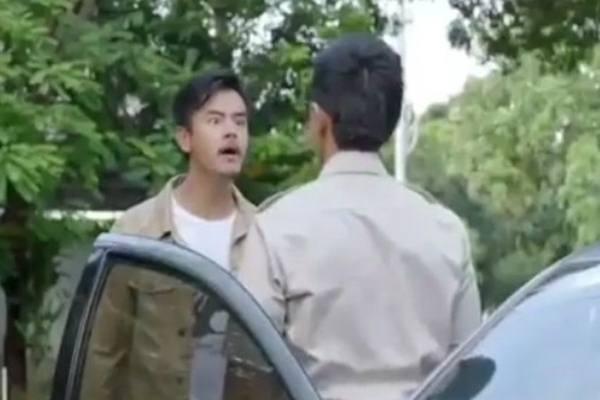 Dion Wiyoko berperan sebagai Yohan dan Kaesang Pangarep dalam film Cek Toko Sebelh. - Youtube
