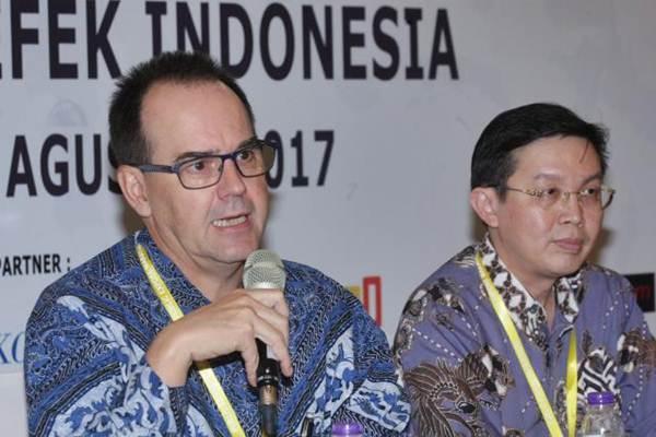 Presiden Direktur PT Sampoerna Agro Tbk Marc Louette (kiri) didampingi Direktur Budi Halim menjawab pertanyaan awak media di Jakarta, Senin (7/8). - JIBI/Dedi Gunawan