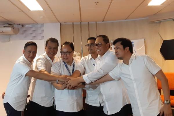 Plh Direksi PT Garuda Indonesia (Persero) Tbk. menyatukan tangan setelah menyampaikan rencana kerja 45 hari ke depan di Kementerian BUMN, Kamis (12/12/2019). - Bisnis/Annisa S. Rini