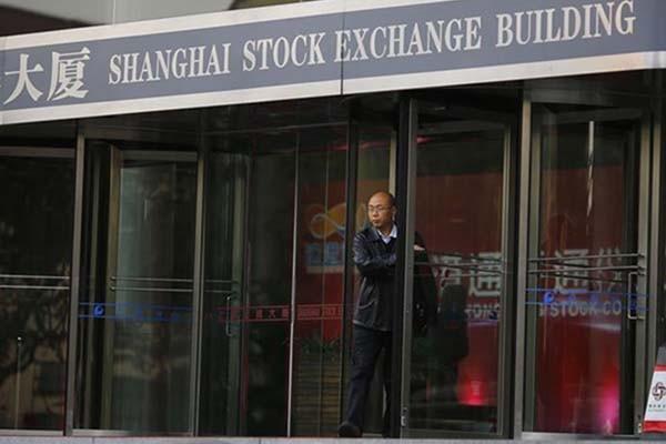 Gedung Bursa Efek Shanghai - Reuters/Carlos Barria
