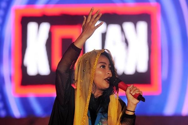 Vokalis band Kotak, Tantri tampil pada kegiatan Sulteng Ekspo 2017 di kota Palu, Sulawesi Tengah, Kamis (13/4) malam. - Antara/Fiqman Sunandar