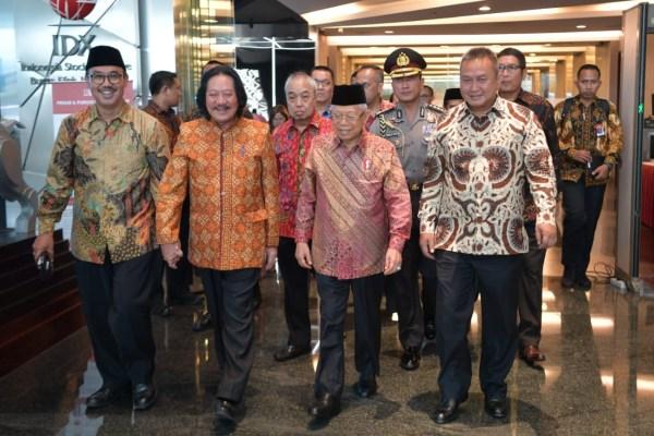 Ketua Asosiasi Emiten Indonesia (AEI) Frasiscus Welirang (kedua kiri) berjalan mendamping Wakil Presiden Ma'ruf Amin saat menghadiri acara di Bursa Efek Indonesia. - Istimewa
