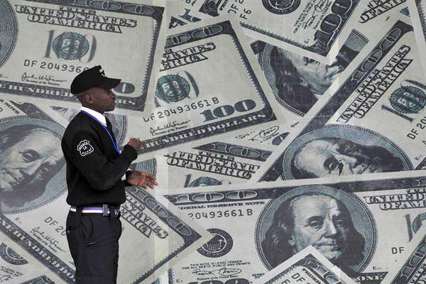 Gambar mata uang dolar Amerika Serikat - REUTERS/Thomas Mukoya