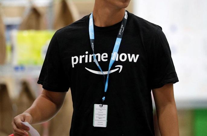 Seorang karyawan bekerja Amazon's Prime Now di Singapura. - REUTERS/Edgar Su