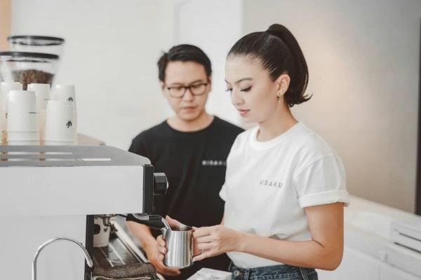 Raline Shah membuat kopi di kedai kopi miliknya, Kisaku, di Jakarta. - Istimewa