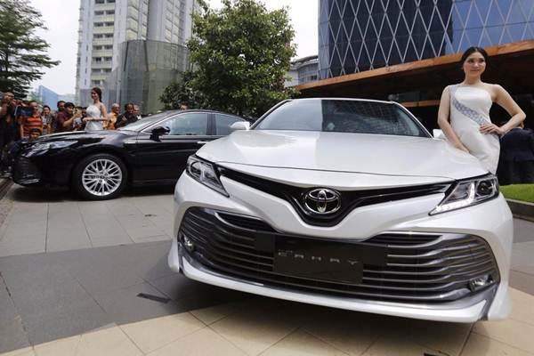 Model berpose di dekat mobil Toyota All New Camry 2019, saat peluncurannya di Jakarta, Selasa (8/1/2019). - Bisnis/Nurul Hidayat