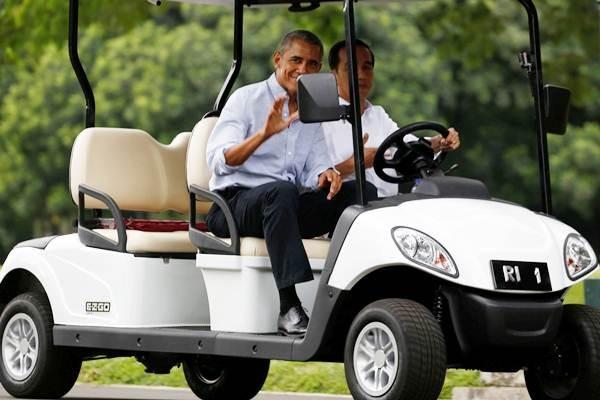 Presiden Joko Widodo (kanan) naik mobil golf bersama mantan Presiden AS Barack Obama, di sela-sela pertemuan mereka di Istana Bogor, Jawa Barat, Jumat (30/6). - REUTERS