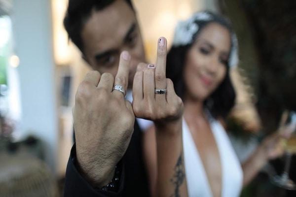 Dipha Barus dan istrinya memamerkan cincin pernikahannya - Dok. Instagram  -  @diphabarus