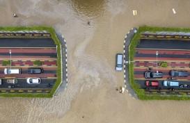 Kader PSI Bantu Warga Bersihkan Lumpur dan Sampah Banjir