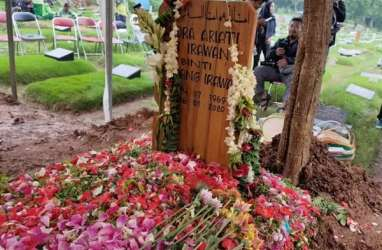 Sendu, Pemakaman Ria Irawan Diiringi Hujan
