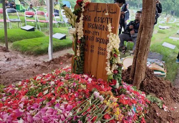 Makam Ria Irawan - Antara