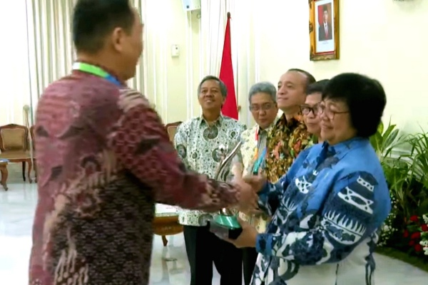 Penyerahan piala Proper 2019 oleh Menteri KLHK Siti Nurbaya