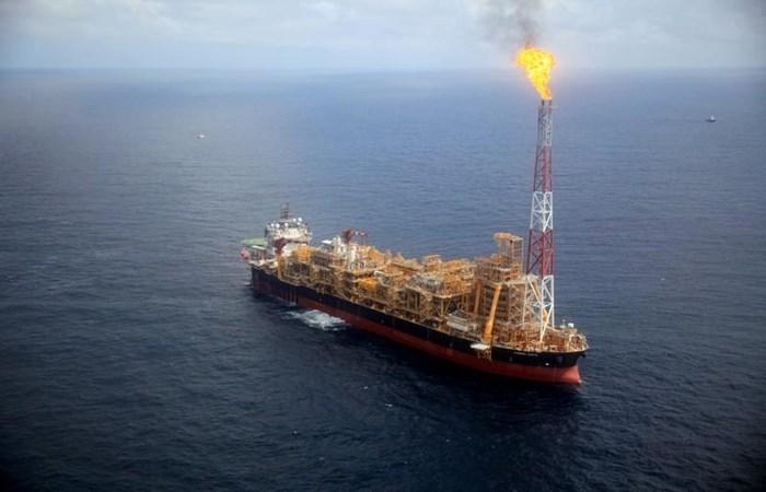 Pangkalan minyak terapung Kaombo Norte terlihat dari helikopter di lepas pantai Angola, 8 November 2018. - REUTERS/Stephen Eisenhammer