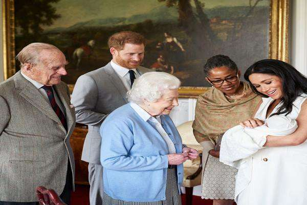 Pangeran Harry dan Meghan, Duchess of Sussex, serta ibunya, Doria Ragland, menunjukkan putra mereka, yang lahir pada hari Senin dan dinamai sebagai Archie Harrison Mountbatten-Windsor, kepada Ratu Elizabeth II dan Duke of Edinburgh di Windsor Castle , Inggris 8 Mei 2019. - Reuters
