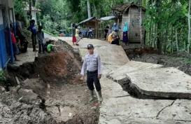 Jalan Desa Sepanjang 100 Meter di Cianjur Amblas Sedalam 1 Meter