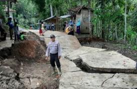 Pergerakan Tanah Akibatkan Jalan di Kadupandak Cianjur Selatan Amblas