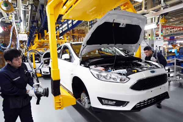 Pekerja merakit kendaraan di pabrik Changan Ford, perusahaan patungan antara Changan Automobile dan Ford Motor Company, di Harbin, provinsi Heilongjiang, China - REUTERS