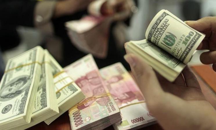 Mata uang rupiah dan dolar AS - Reuters/Yusuf Ahmad
