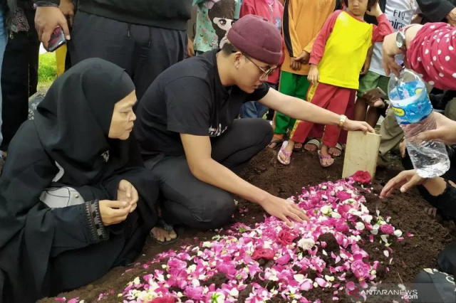 Rizky Febian di makam Lina Jubaidah - Antara