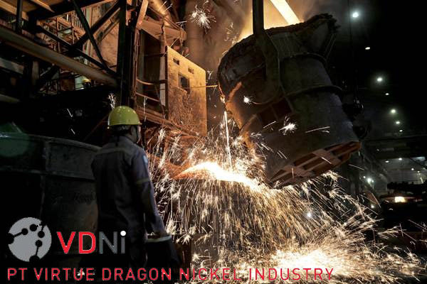 Pekerja melakukan proses pemurnian dari nikel menjadi feronikel.  - JIBI/Nurul Hidayat