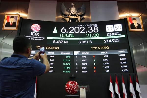 Pengunjung mengabadikan harga saham, di Jakarta, Kamis (3/1/2019). - Bisnis/Dedi Gunawan