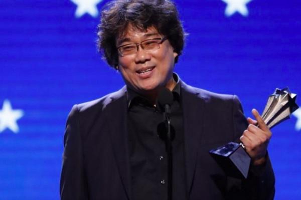 """Sutradara Bong Joon-ho menerima penghargaan sutradara terbaik untuk di """"Parasite"""" Critics Choice Awards, California, 12 Januari 2020. - Reuters"""