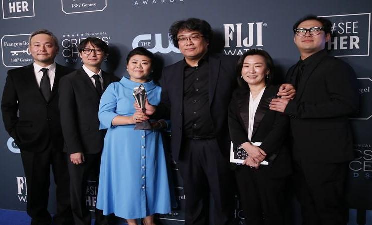 Pemain dan kru Parasite berpose di belakang panggung 25th Critics Choice Awards, Santa Monica, California, AS, 12 Januari 2020. - Reuters