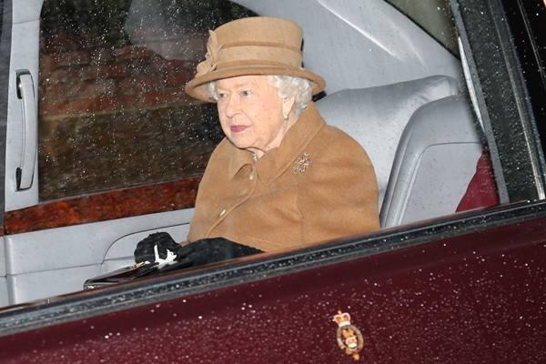 Ratu Elizabeth meninggalkan gereja St Mary Magdalene di perkebunan Sandringham di Inggris timur, Inggris 12 Januari 2020. - Reuters