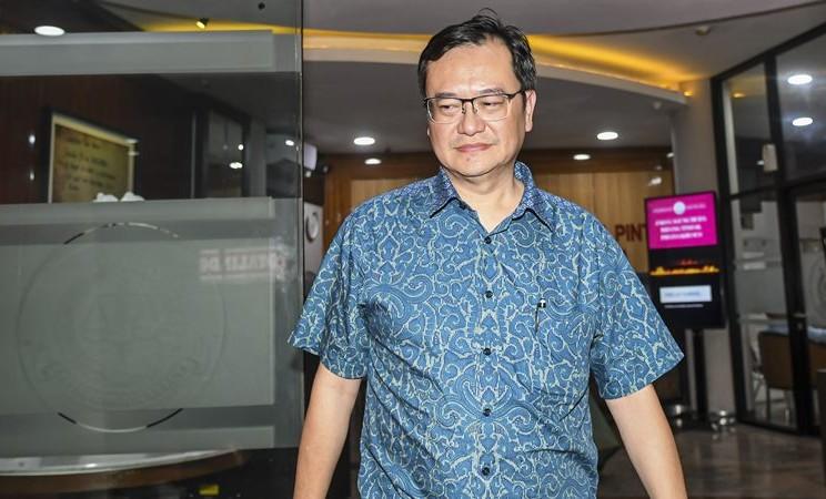 Komisaris PT Hanson International Tbk (MYRX) Benny Tjokrosaputro berjalan meninggalkan gedung bundar Kejaksaan Agung usai diperiksa sebagai saksi di Jakarta, Senin (6/1/2020). - ANTARA / Nova Wahyudi