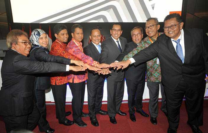 Dirut PT Wijaya Karya Bangunan Gedung Tbk (WIKA Gedung) Nariman Prasetyo (tengah) dan Komisaris Utama Destiawan Soewardjono (keempat kanan) serta (dari kiri), Komisaris Adji Firmantoro, Komisaris Dini Yulianti, Komisaris Yulianto, Direktur Rudy Hartono, Direktur Nur Al Fata (ketiga kanan), Direktur Syailendra Ogan (kedua kanan) dan Direktur Djaka Nugraha (kanan), bertumpu tangan bersama usai RUPSLB, di Jakarta, Kamis (21/3/2019). - ANTARA/Audy Alwi