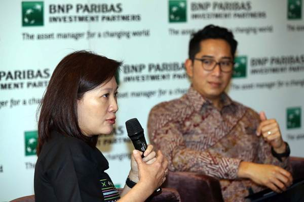 Presiden Direktur PT. BNP Paribas Investment Partners Vivian Secakusuma (kiri) bersama Director and Head of Equity Aliyahdin Saugi memaparkan tentang market outlook dan lanskap politik Indonesia 2018 di Jakarta, Kamis (23/11). - JIBI/Abdullah Azzam