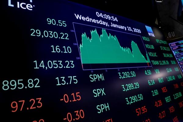 Layar menampilkan Dow Jones Industrials Average setelah penutupan di lantai bursa New York Stock Exchange (NYSE) di New York, AS, (15/1/2020) - REUTERS/Brendan McDermid