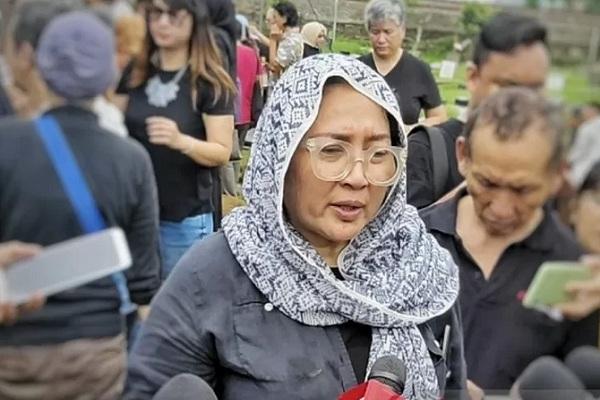 Aktris senior Dewi Irawan usai pemakaman sang ibu, Ade Irawan di TPU Tanah Kusir, Jakarta, Sabtu (18/1/2020). - Antara