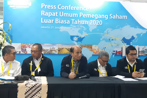 Komisaris Utama PT Perusahaan Gas Negara Tbk. Arcandra Tahar (tengah) menyampaikan pernyataan seusai RUPSLB pada Selasa (21/1/2020). - Bisnis/Muhammad Ridwan
