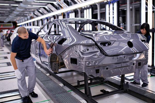 Mercedes-Benz mulai memproduksi model baru CLA Coup di Kecskemt. Pengawasan kualitas pada bodi setelah mengecatan.  - MERCEDES/BENZ