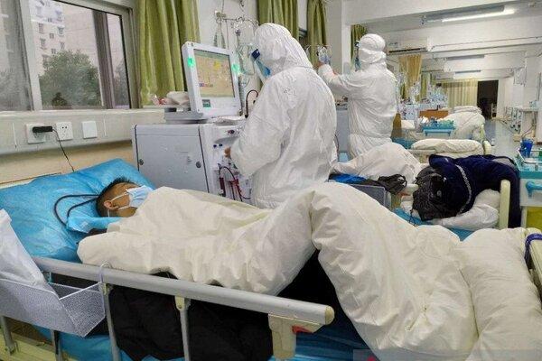 Staf medis melakukan perawatan dan pengobatan terhadap sejumlah pasien yang terjangkit virus Corona, di Central Hospital di Wuhan, China, Sabtu (25/1/2020) menurut foto yang diunggah di media sosial. - Antara/Reuters