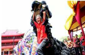 Lihat Aksi Ganjar Pranowo Main Barongsai di Sam Poo Kong