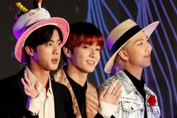 Jin, Jungkook, dan RM anggota dari boy band BTS Korea Selatan berfoto di karpet merah penghargaan MAMA Awards di Nagoya Dome, Nagoya Jepang, 4 Desember 2019. - Reuters