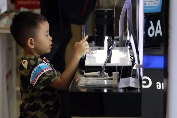 Pengunjung berada di gerai ponsel pintar di sebuah pusat perbelanjaan, di Jakarta, Rabu (20/6/2018). - JIBI/Dwi Prasetya